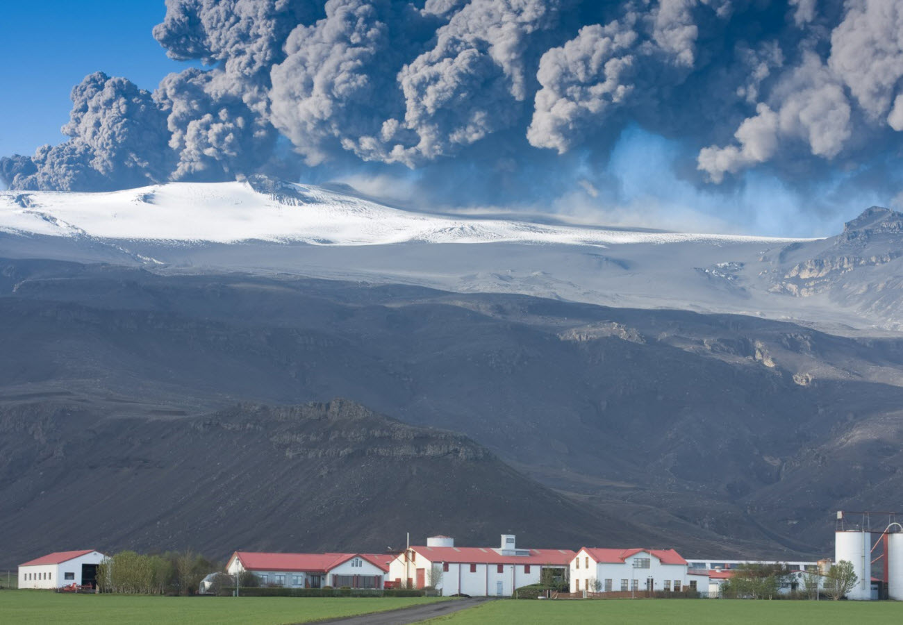 Eruption in Eyjafjallajokull in 2010 close to the farm Þorvaldseyri